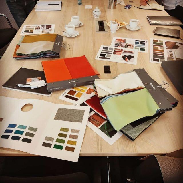 Bemusterung der neuen Stoffkollektion für eine Lounge-Möbelserie #interiordesign #designfurniture