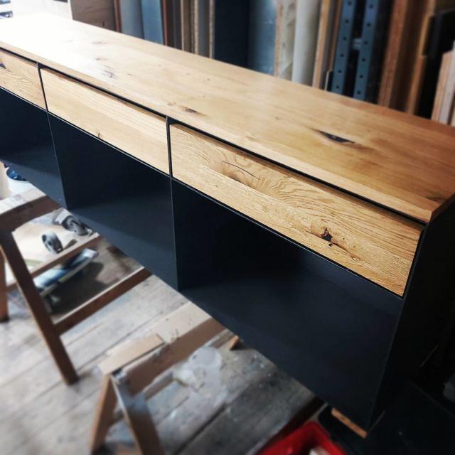 Reiner Stahl und Wildeiche, ich liebe den Kontrast! #designfurniture #oak #minimalism #steelfurniture