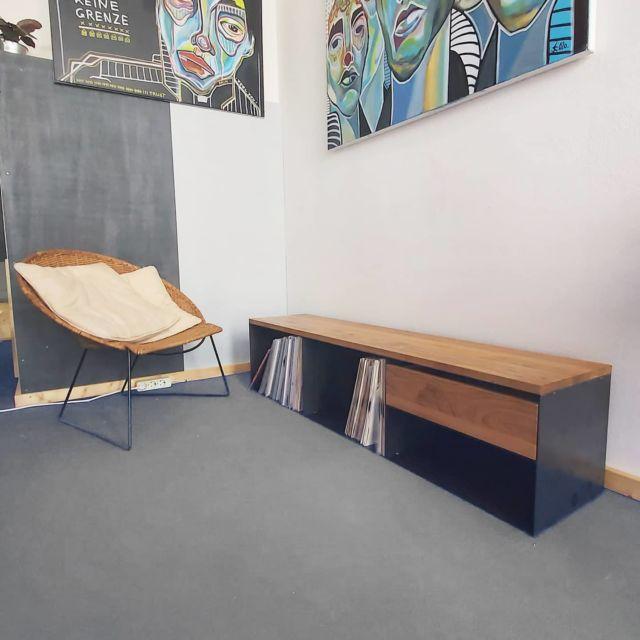Dieses Mal ein gemütliches Foto von einem Schallplattenregal mit Eichenholz.   #furniture #interiordesign #homedecor #steelfurniture #design #interior #furnituredesign #home #architecture #interiors #homedesign #art #livingroom #wood #mebel #vintage #luxury #interiordesigner #woodworking #designer #m #style #bhfyp #f4f#innovation#instastyle